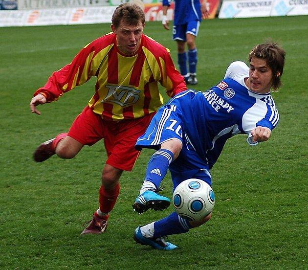 Fotbalisté Slavičína (na snímku v pruhovaném Michal Švach) si z Androva stadionu odvezli tři branky.