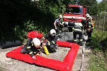 Cvičení hasičů po úniku čpavku na stadionu ve Zlíně