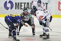 Extraligoví hokejisté PSG Berani Zlín (v modrém) ve 4. kole v pátek na svém stadionu hostili v derby ostravské Vítkovice.