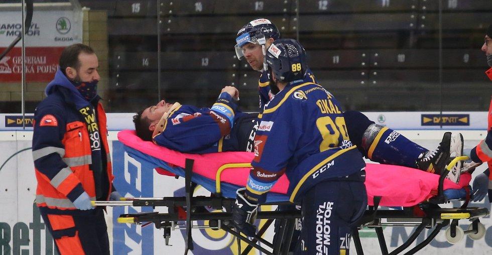 Extraligoví hokejisté Zlína (v modrém) v nedělním 49. kole vyzvali v moravském derby ostravské Vítkovice. Na snímku zraněný Jakub Šlahař.