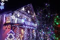 Vánočně vyzdobený dům rodiny Hrbáčkových v Lípě na Zlínsku.