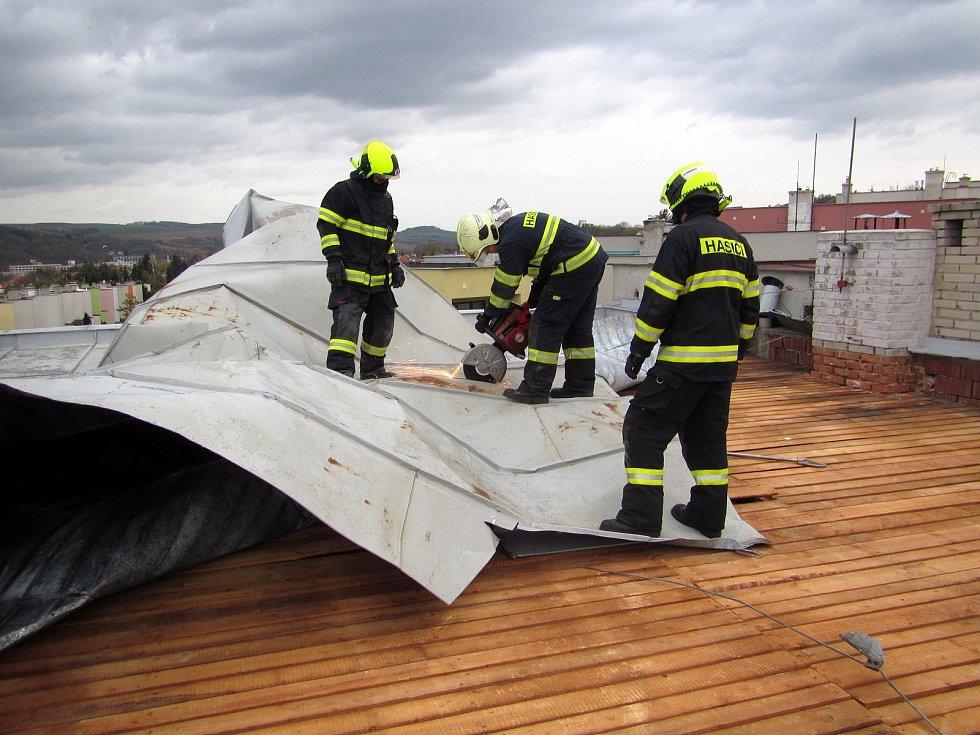 Silný vítr zaměstnává hasiče. Situace v Napajedlech.