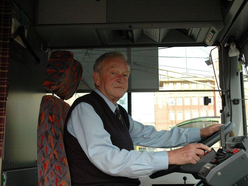 KARAMBOLŮM UNIKÁ. Rudolf Fimbinger jezdí jako řidič hromadné dopravy ve Zlíně a v Otrokovicích už pětatřicet let bez nehody.