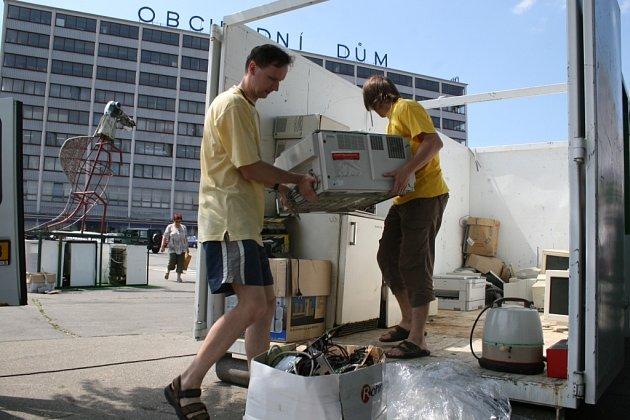 NETRADIČNÍ SOCHA. Organizátoři akce přebírají elektroodpad, ze kterého potom vytvoří sochu Spinosaura.
