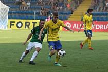 Fotbalisté Zlína (ve žlutých dresech) se ve 3. kole FORTUNA:LIGY utkali s Jabloncem. Sobotní duel se hrál ve velkém vedru.
