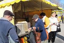 O vejce prodávaná ve zlínské tržnici, stejně jako na řadě dalších míst, je velký zájem. Do Česka je totiž dodáváno daleko méně vajec. Jejich cena je navíc daleko vyšší.