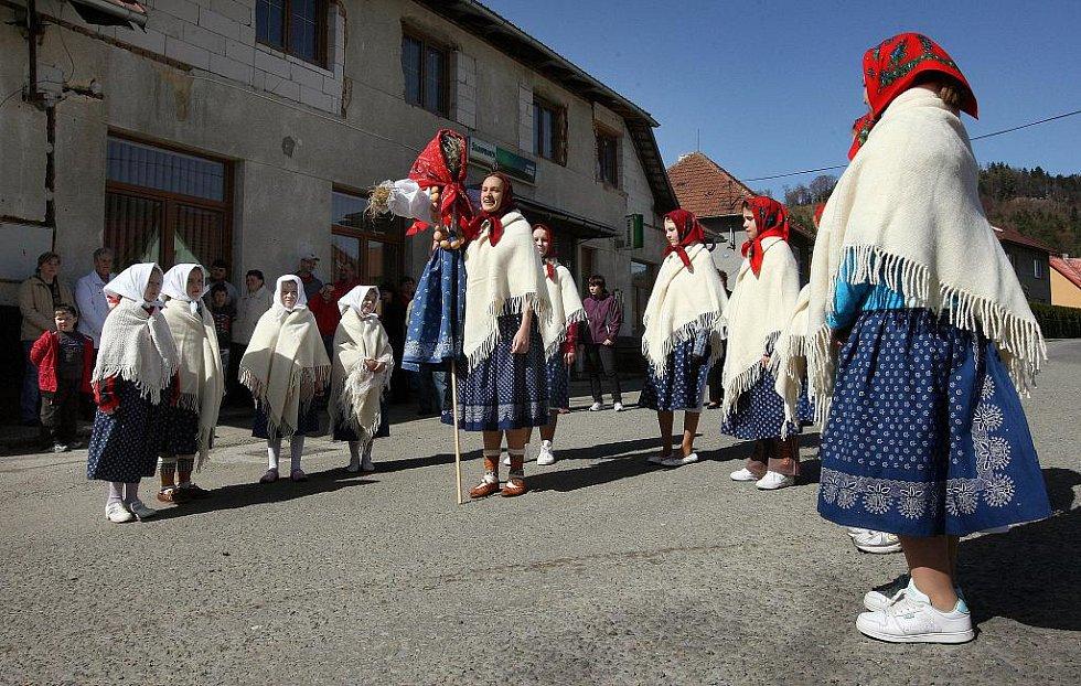 Příchod jara oslavili lidé v Držkové na Zlínsku v neděli 10. dubna tradičním lidovým zvykem pálení Moreny.