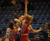 Házenkářky Zlína (v modrém) v nedělním 14. kole mezinárodní MOL ligy doma po boji podlehly Slavii Praha 21:22.