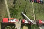 Hořící balkon v osmém patře naštěstí neohrozil obyvatele domu.