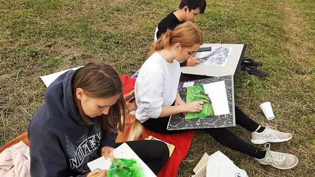 Gymnazisté rozvíjeli své dovednosti na kurzu krajinomalby.