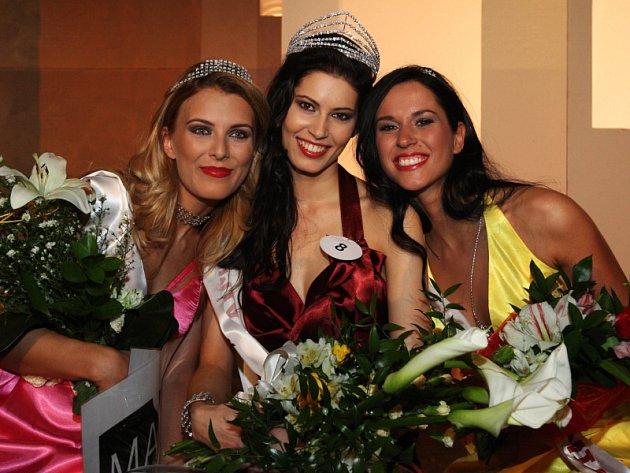 Zleva vicemiss Lucie Hubaczová,  Miss Academia 2009 Jana Marečková a druhá vicemiss Kamila Houfová.
