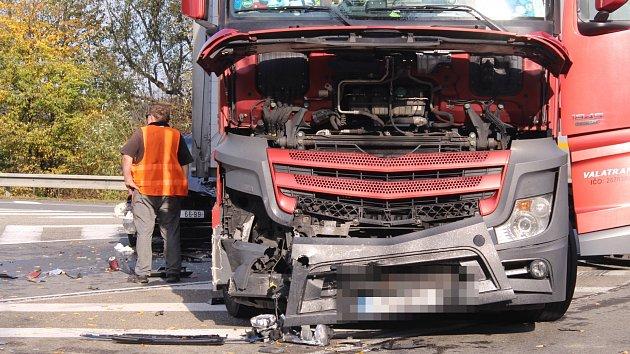 Srážka kamionu a osobního vozu u Zádveřic-Rakové na Zlínsku