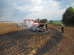 Řidič se projel na Zlínsku po poli, požár zachvátil pole i vůz