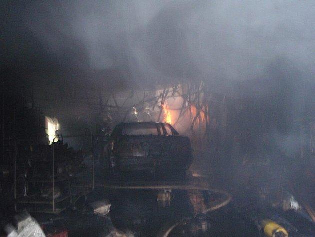 Hasiči likvidovali požár ve skladovací hale ve Slušovicích.