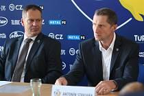 Tisková konference extraligových hokejistů PSG Berani Zlín před novou sezonou. Na snímku trenér Antonín Stavjaňa (vpravo) a generální manažer klubu Martin Hosták.