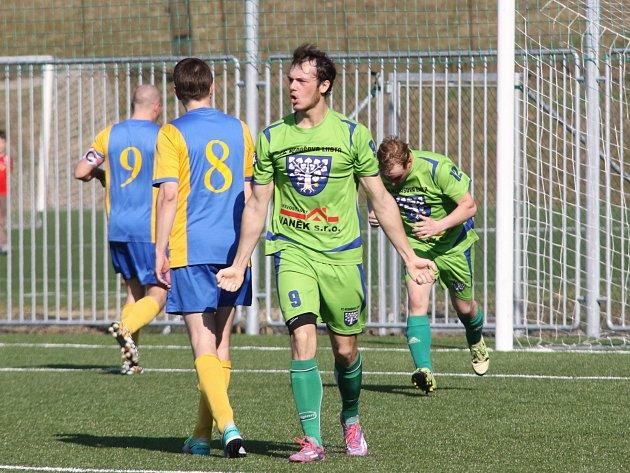 Fotbalisté SK Zlín (ve žlutomodrém) prohráli v 15. kole 1:3 s Nedašovou Lhotou.
