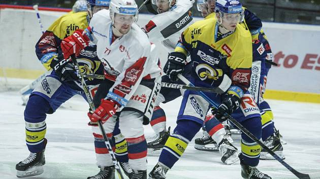 Hokejové utkání Tipsport extraligy v ledním hokeji mezi HC Dynamo Pardubice (bílém) a PSG Berani Zlín (v modrožlutém) v pardudubické ČSOB pojišťovna ARENA.