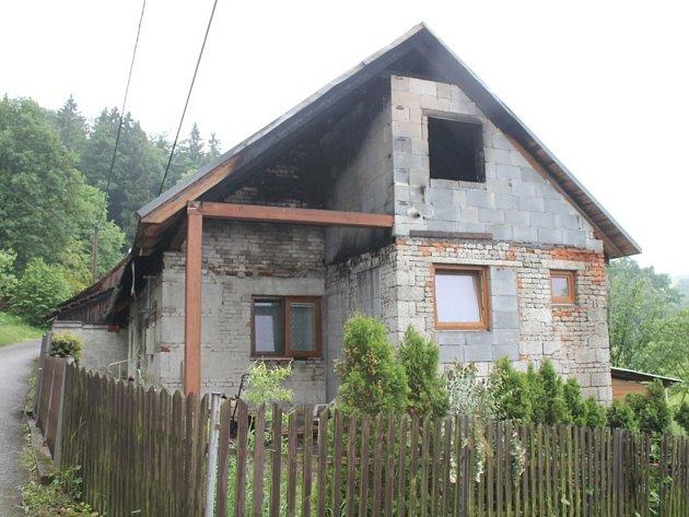 Ohořelý, zničený dům v Lípě.