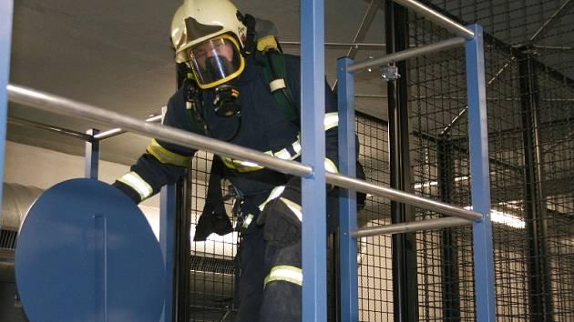 Poslední překážkou je těžký poklop, kterým se hasiči dostanou ven z labyrintu. Po celou dobu jim však technici jejich práci budou ztěžovat tím, že jim do místnosti budou pouštět dým nebo zvuky v podobě výkřiků a volání o pomoc.
