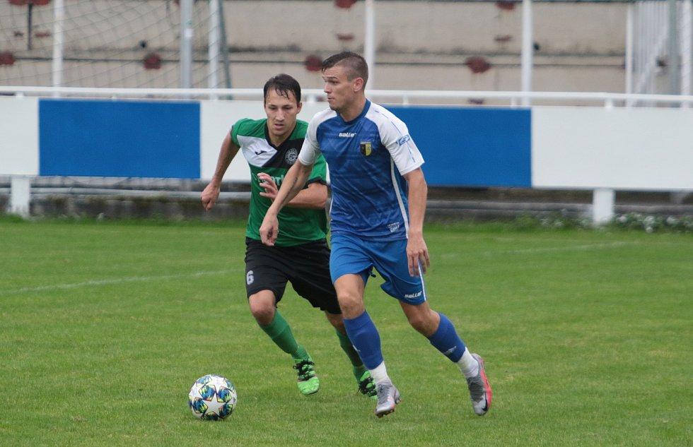 Slušovičtí fotbalisté (modré dresy) doma porazili Velké Karlovice 1:0.