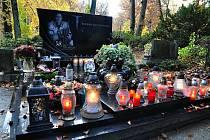 Zapálené svíčky na hrobě tragicky zemřelého hokejového reprezentanta Karla Rachůnka na Lesním hřbitově ve Zlíně; sobota 31. října 2020