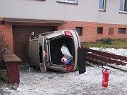 Hasiči vyprostili převrácené vozidlo z vjezdu domu pomocí navijáku
