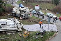 Stavební stroje v parku za divadlem ve Zlíně.