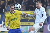 FC Fastav Zlín (ve žlutém) v derby proti 1.FC Slovácko. Na snímku zlínský Vyhnal a Kadlec ze Slovácka.