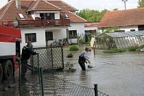 Celou noc odčerpávali hasiči v Bělově na Otrokovicku vodu, která v pátek 21. května zaplavila i místní domy. Po opadnutí hladiny řeky Moravy se totiž na tomto místě vytvořilo doslova malé jezero.