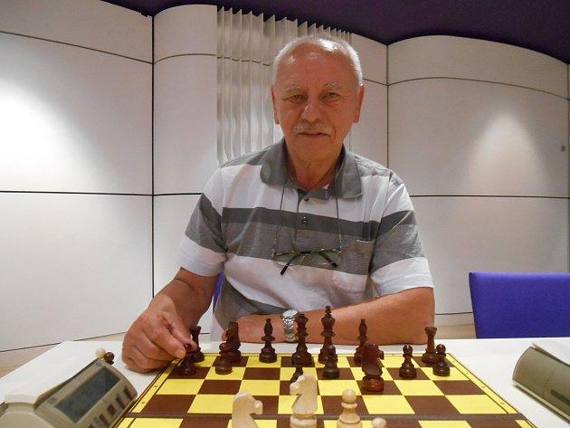 Josef Tomek. Pětasedmdesátiletý trenér hraje šachy už od roku 1961. Dnes trénuje školáky v Malenovicích.