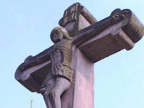 Historický kamenný kříž z roku 1823 se po třiceti letech vrátil zpět na své původní místo v Otrokovicích.