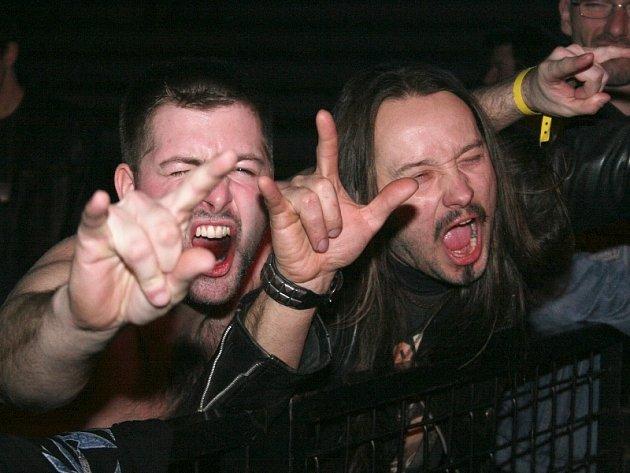 Metaloví fanoušci na Metalmanii ve Zlíně
