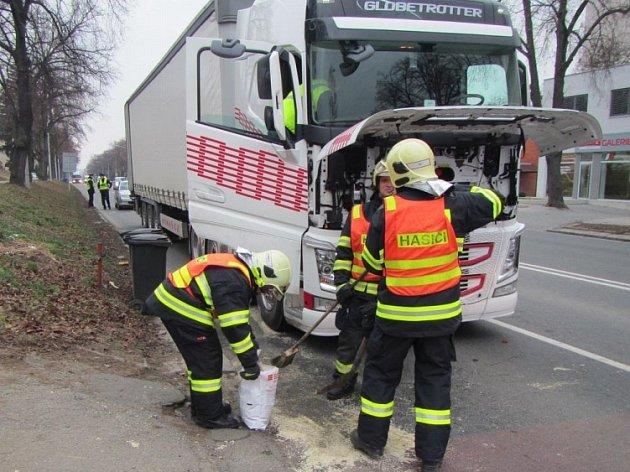 Uvolněný náklad poškodil kabinu a nádrž s močovinou