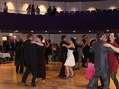 Příjemnou atmosféru plesu okořenilo vystoupení orchestru, které mnohé návštěvníky donutilo tančit.