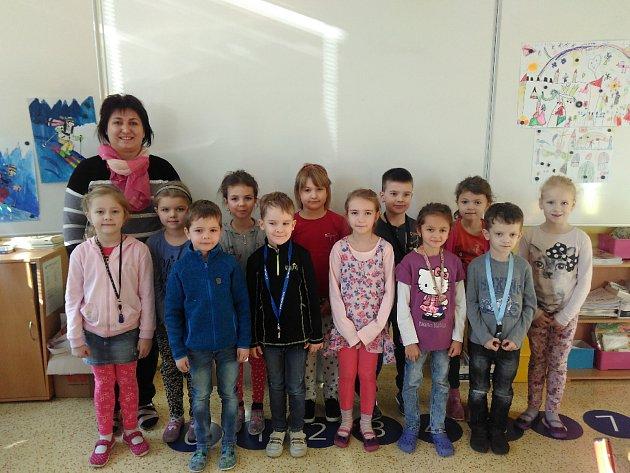 Děti zprvní třídy Základní školy Všemina střídní učitelkou Mgr. Andreou Gajdošíkovou.