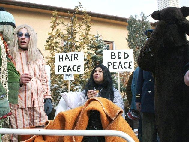 Největší atrakcí Lešetínského fašanku byly postel s Yoko Ono.