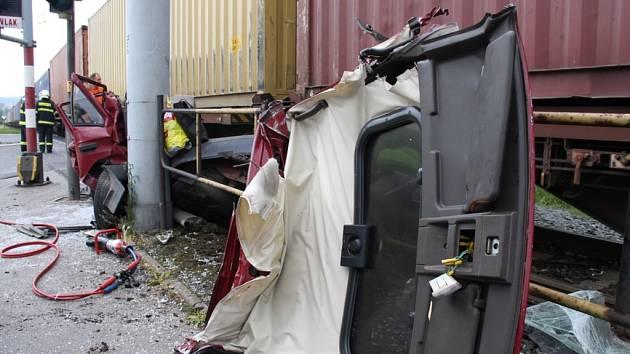 Vážná nehoda na přejezdu v Kvítkovicích, po střetu osobního auta s vlakem jeden zraněný.