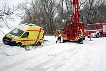 28.prosince měla mezi Bělovem a Kvasicemi na Zlínsku ráno nehodu sanitka s pacientem. Auto museli vytáhnout hasiči jeřábem. Pacienta nechali hasiči ohřát u sebe ve voze.