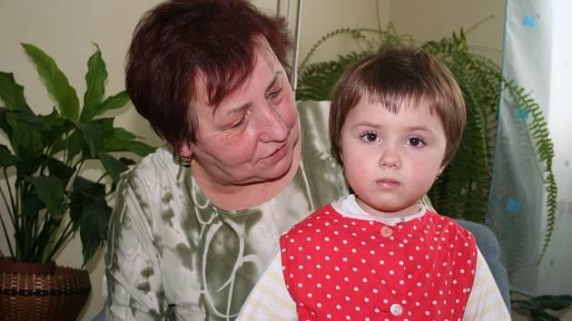 Františka Bařinková s vnučkou.