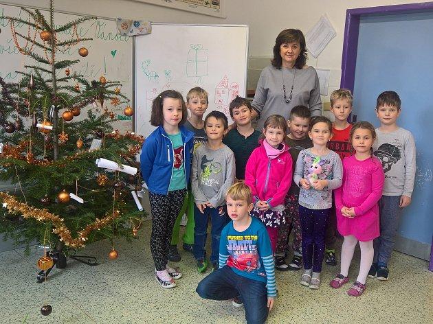 První třída Základní školy Trnava sředitelkou Helenou Vývodovou, která je zároveň itřídní učitelkou.