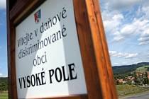 Vedení obce Vysoké Pole poukazuje na daňovou problematiku na vítacích cedulích