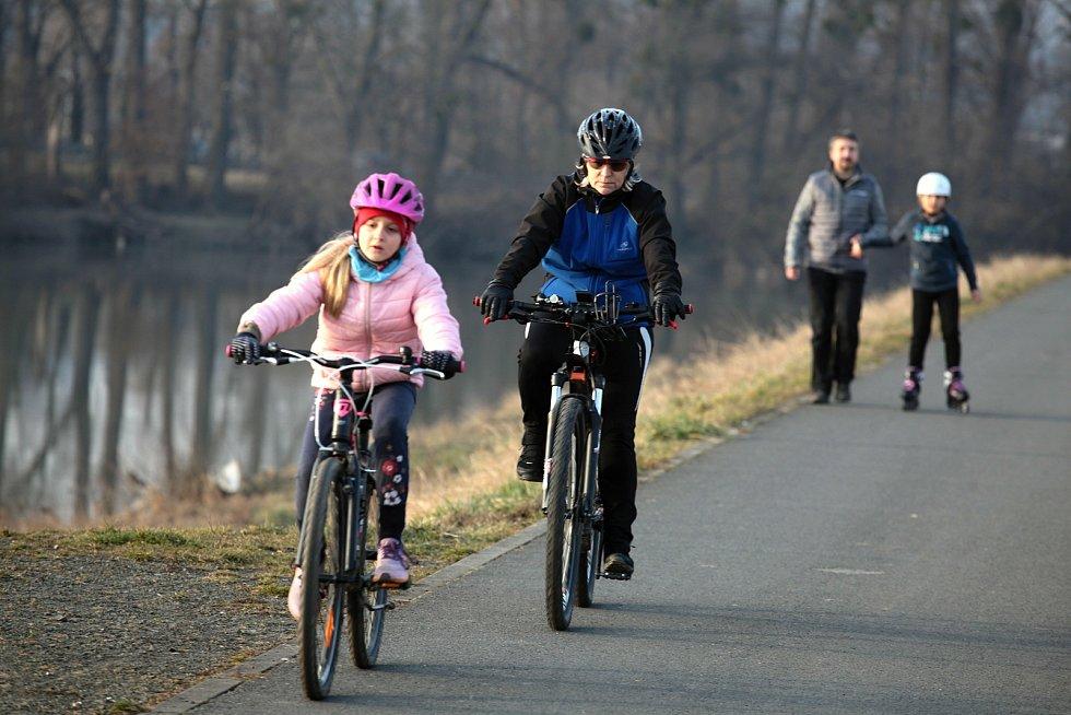 Na kolo, zaběhat si či se jen projít vyrazili lidé také do zlínské městské části Burešov; neděle 28. února 2021