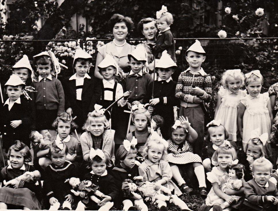 50. LÉTA. Takzvaný Žňový útulek koncem 50. let. Sloužil rodinám s malými dětmi, jejichž rodiče museli chodit do práce, aby uživili rodinu a v jejich dosahu nebyli žádní příbuzní, kteří by se o děti v době prázdnin postarali.