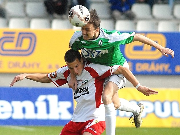 Zlínský útočník Martin Bača (vlevo) zápas v Jablonci nedohrál kvůli otřesu mozku.