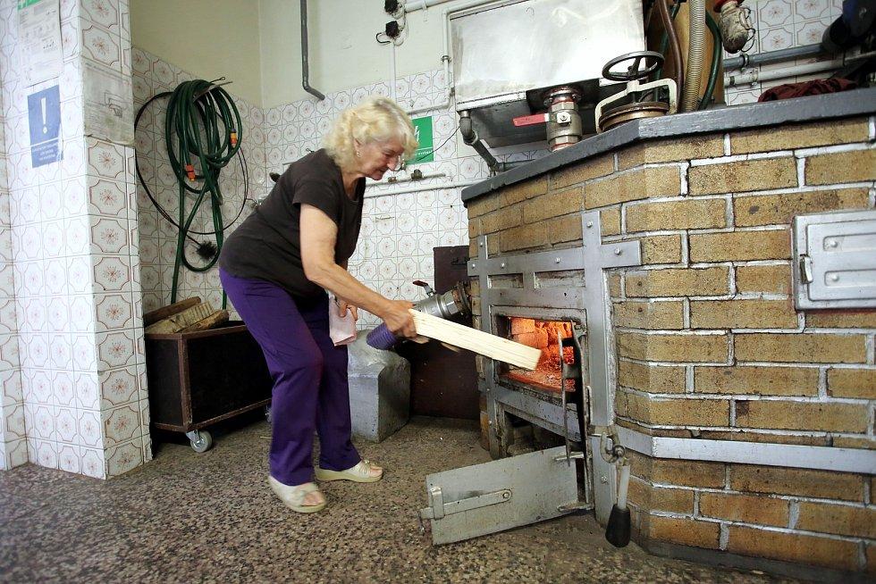 Pálení letních kvasů v pálenici v Březnici. Na snímku Stanislava Chaloupková.