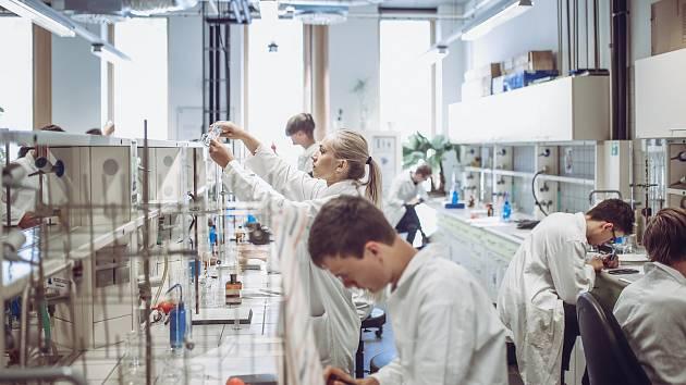 Nejstarší součást zlínské Univerzity Tomáše Bati, Fakulta technologická 50. výročí od svého založení. Za padesát let existence se budovy, laboratoře i zařízení změnily k nepoznání.