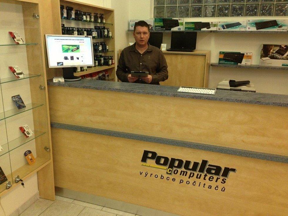 SPECIALISTA. Specialista na výpočetní techniku Aleš Černý (na snímku) varuje laiky před neuváženými nákupy. Doporučuje, aby si lidé před pořízením počítače zjistili u zkušených prodejců veškeré dostupné informace o vyhlédnutém zboží.