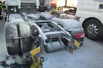 Příčinu ohně hasiči a policisté zjišťují.