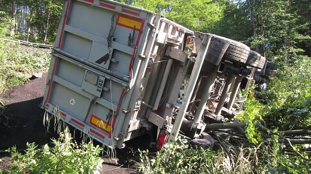 Převrácený kamion v Jasenné na Zlínsku zkomplikoval dopravu na komunikaci mezi Vizovicemi a Vsetínem