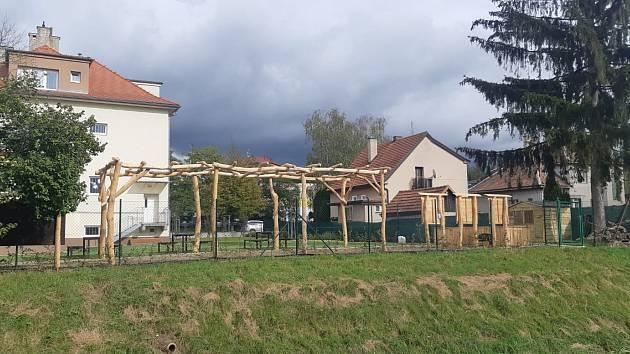 Zahradu DDM Slavičín zkrášlily dřevěné a přírodní prvky.